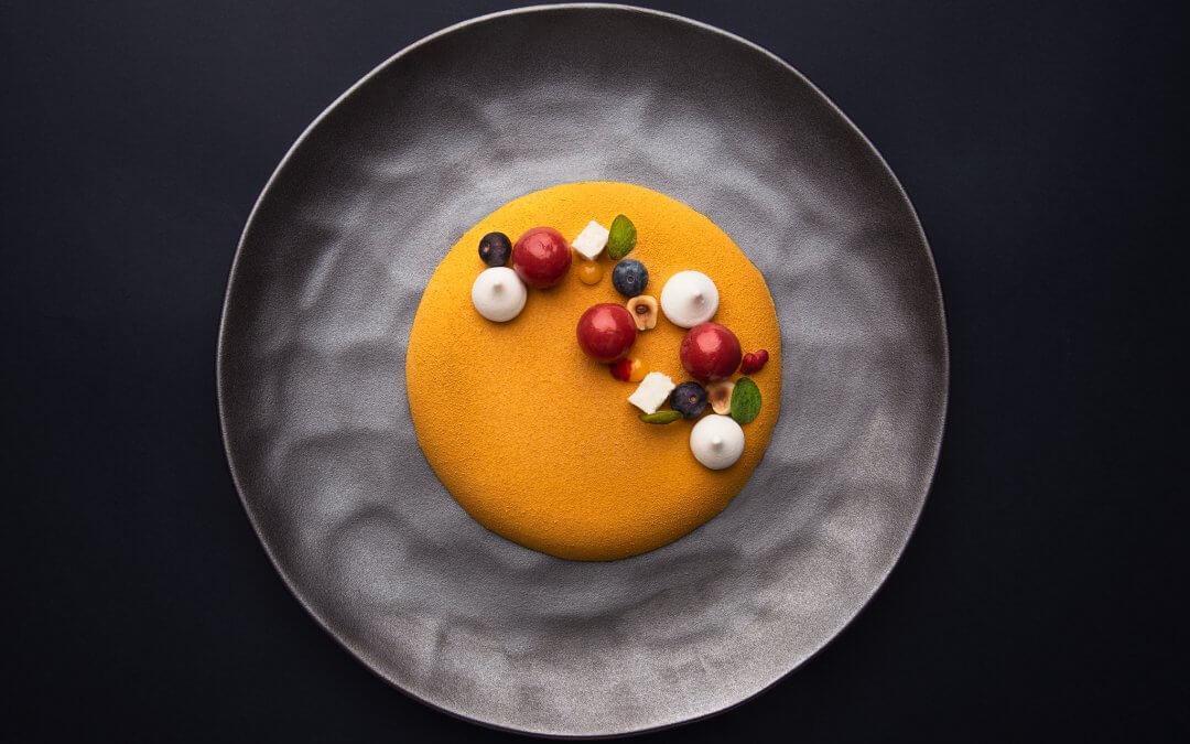 Крем шантили от шафран и маскарпоне, бон бони от ягоди и цвят от бъз,лимонов меренг и хрупкав кръмбъл от бадеми