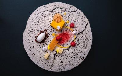 Парфе от лайм с манго пате де фрут, сусамов туйл, лиофилизирани малини и шоколадов кръмбъл
